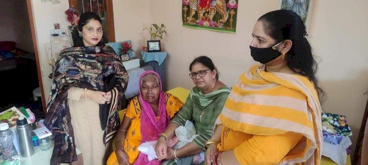 बुजुर्ग बीमार महिला की मदद को आगे आया भाजपा महिला मोर्चा- ddnewsportal.com